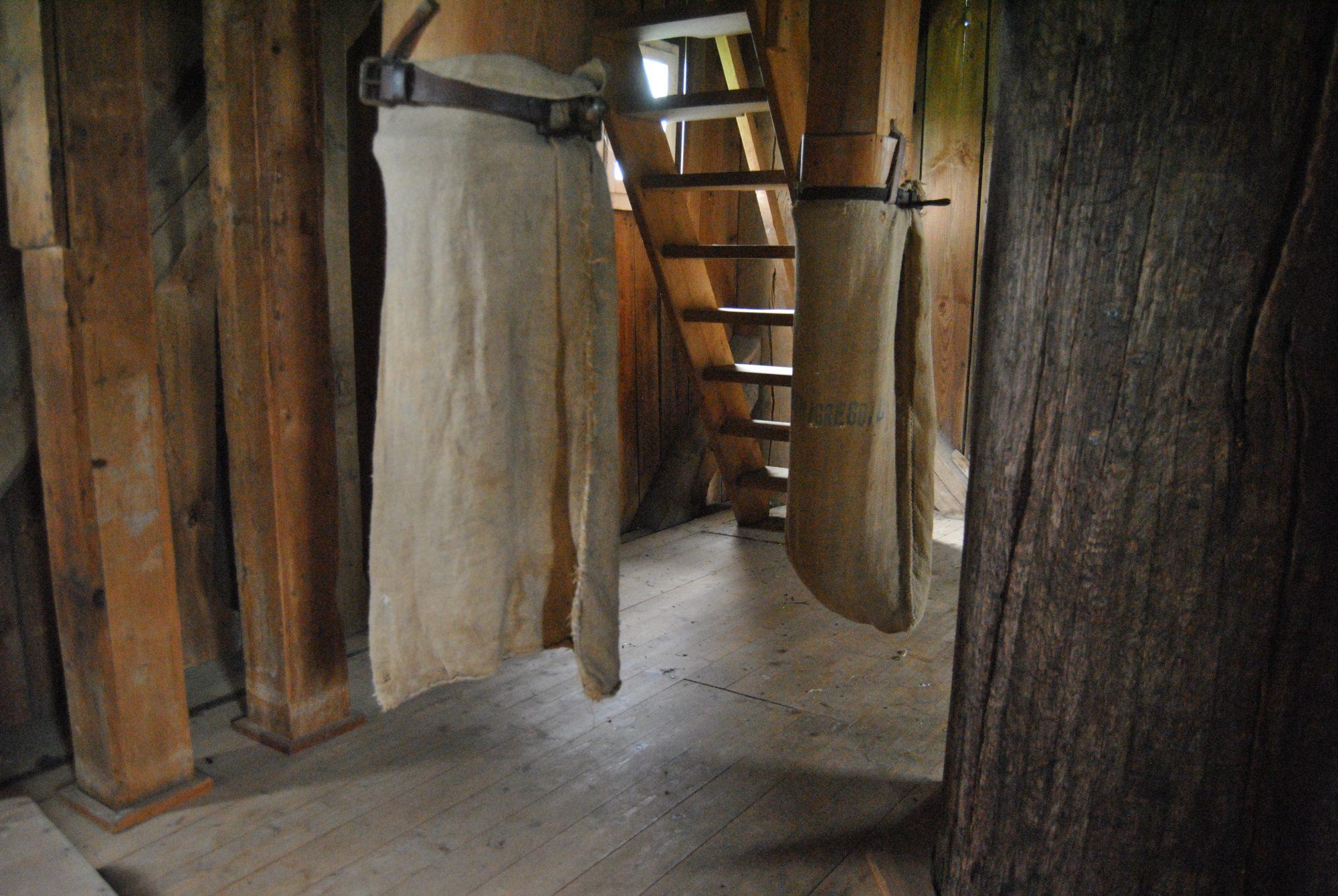 Alte Mehlsäcke in die das frisch gemahlene Mehl fiel (1)