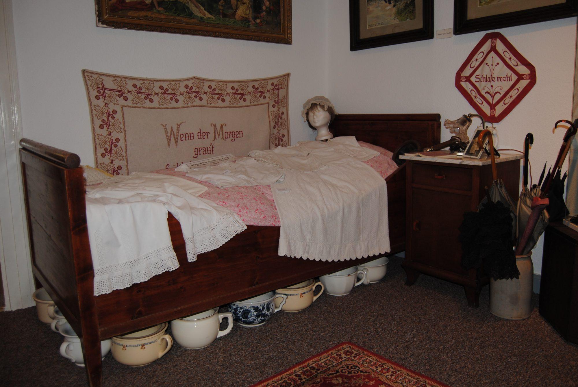 Ein altes Schlafzimmer... mit Mutti, Papa, Kindern, Oma und Opa in einem Raum...