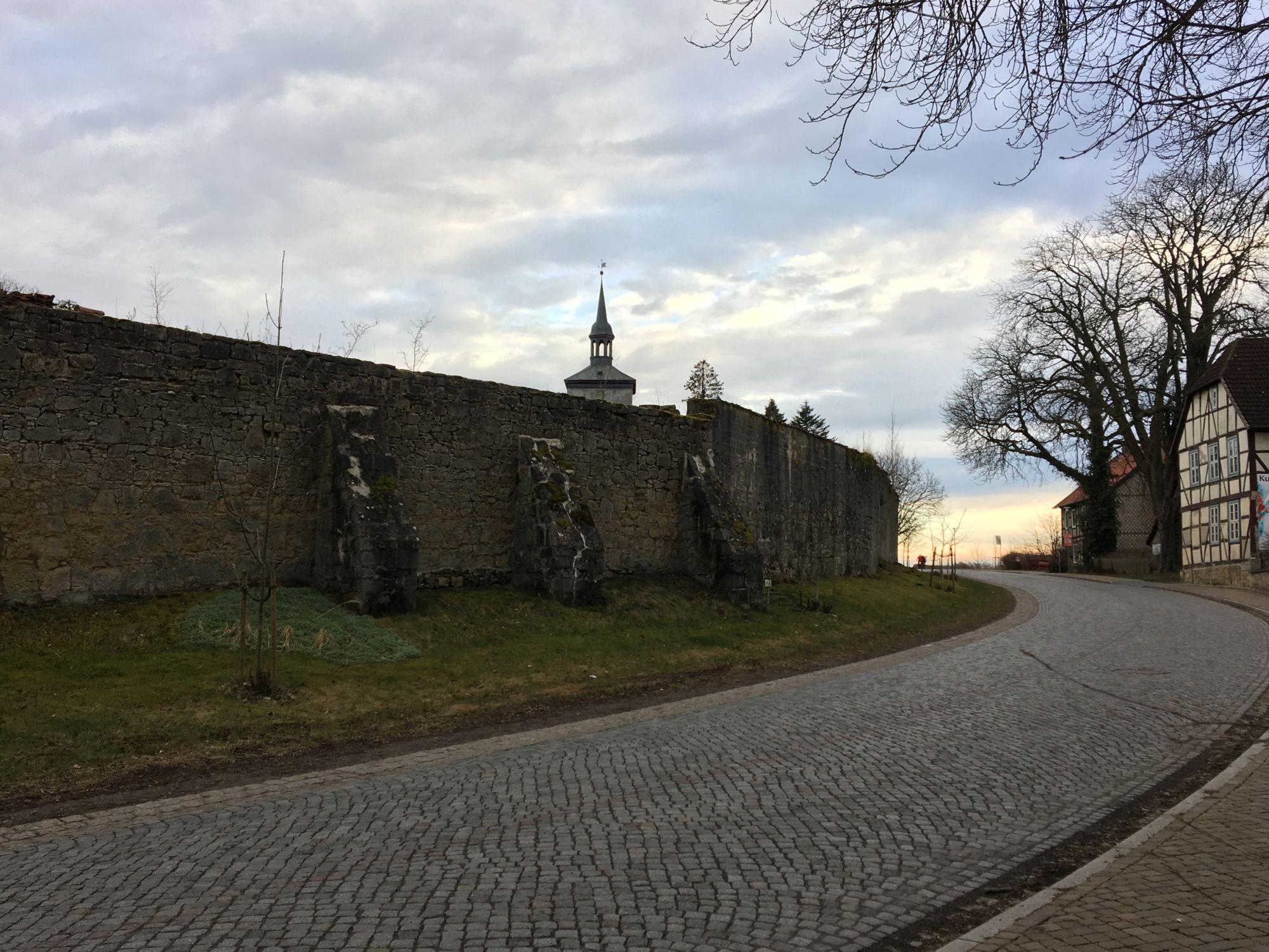 Noerdliches_Harzvorland_Rittergut_Lucklum_Aussen_Mauer_3
