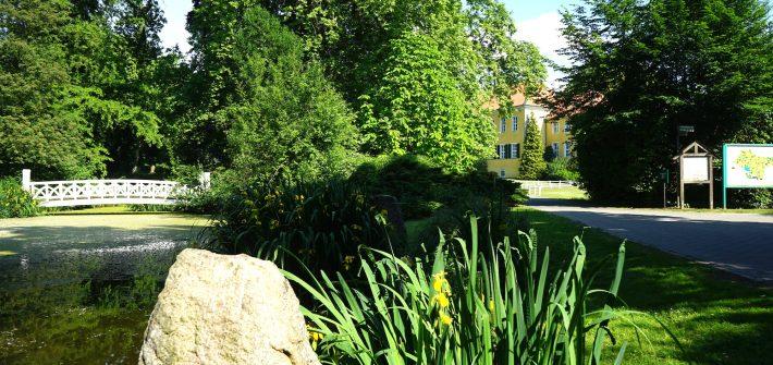 Schlossteich und Eingang zum Park. Im Hintergrund das Gutshaus in Destedt / Beate Ziehres