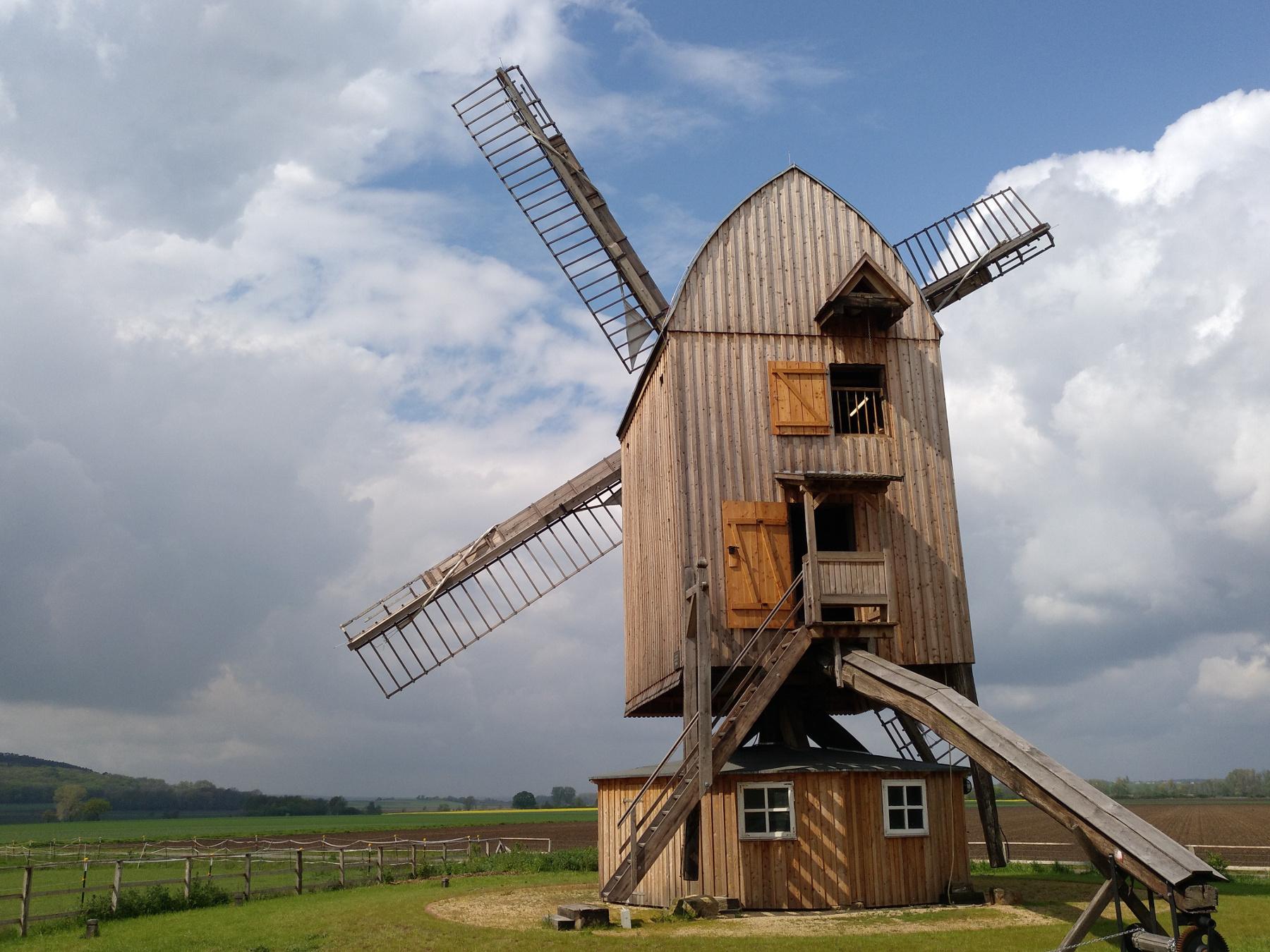 Windmühle im Sonnenschein, Treppe führt nach oben, in saniertem gutem Zustand