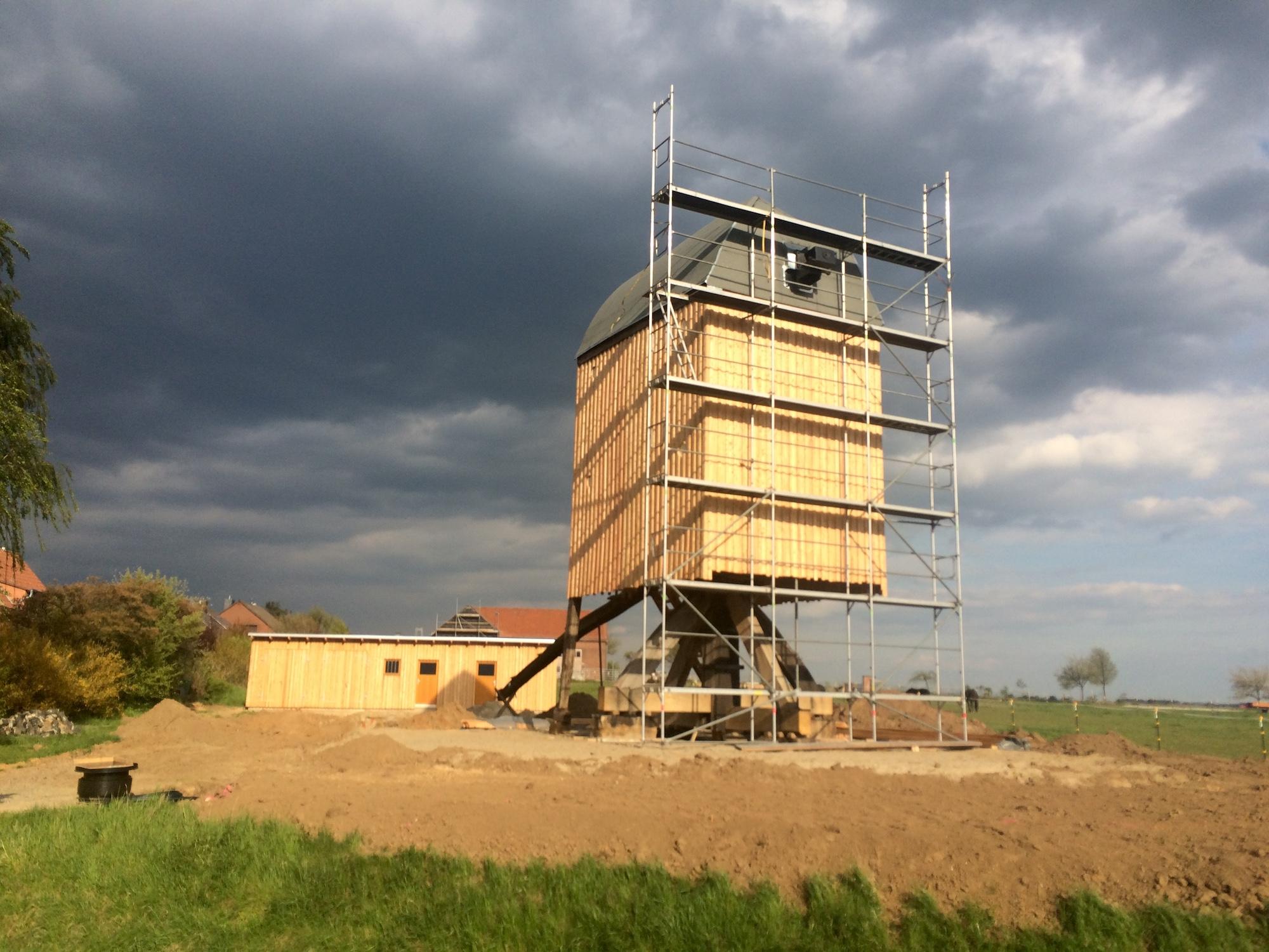 Nördliches Harzvorland, Windmühle Dettum: Die restaurierte Mühle wird an ihrem neuen Standort wieder aufgebaut / Uwe Schäfer