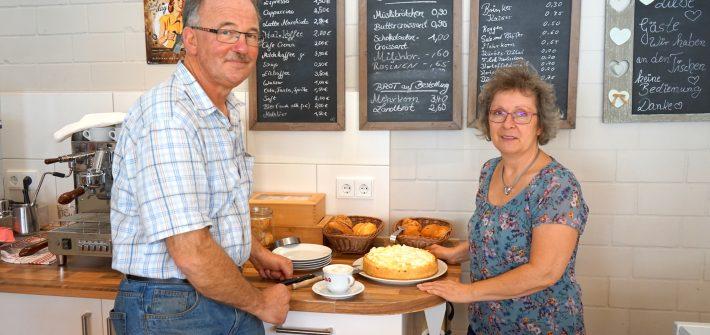 Nördliches Harzvorland: Erika Miethe und Friedrich Söchtig im Café / Beate Ziehres