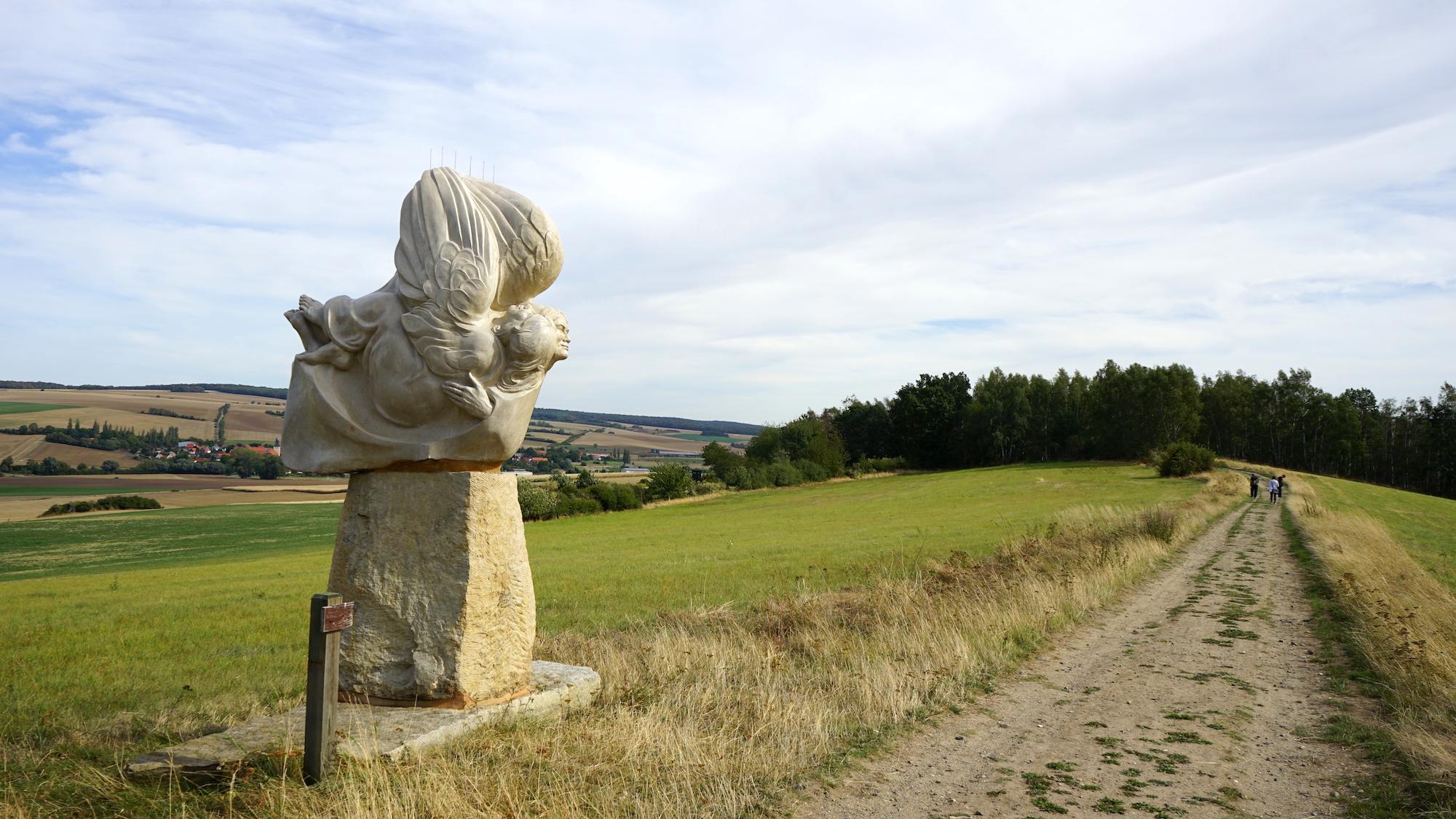 """Nördliches Harzvorland: Die Skulptur """"Sola Fide"""" am Kammweg auf dem Kleinen Fallstein / Beate Ziehres"""