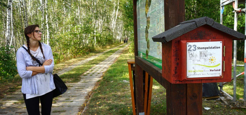 """Nördliches Harzvorland: Am Wachturm Rhoden gibt es neben der Stempelstation auch viele Informationen rund um die Grenzsicherungsanlagen und das """"Grüne Band""""./ Beate Ziehres"""