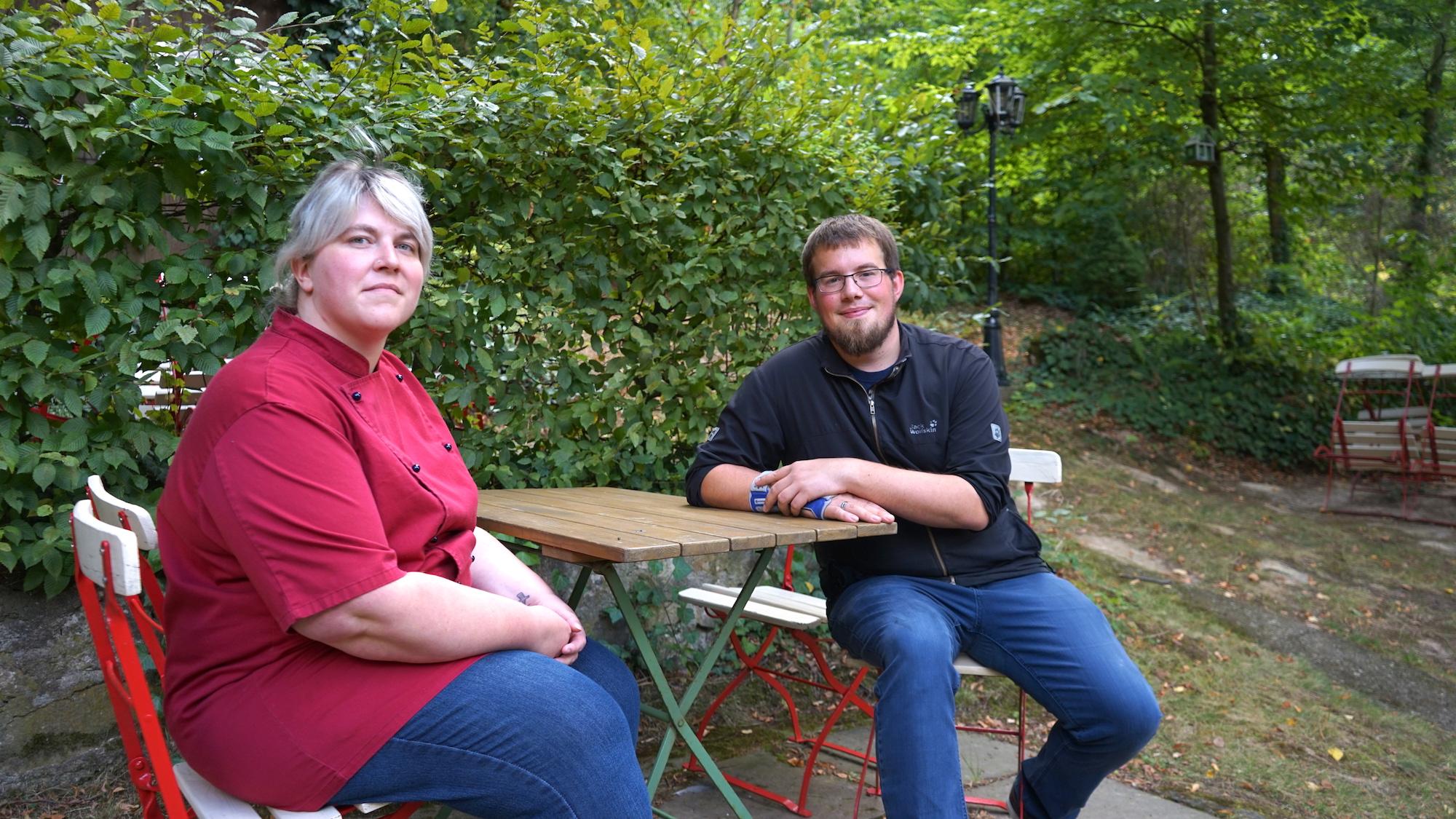 """Nördliches Harzvorland: Sarah und Frank Willecke im Biergarten von """"Willeckes Lust"""" / Beate Ziehres"""